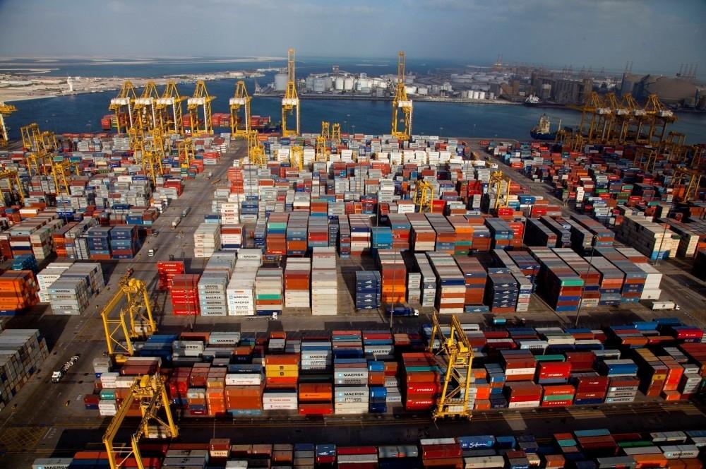 يوفر ميناء جبل علي مركزاً متكاملاً متعدد الوسائط للنقل بحراً وجواً وبراً إلى بقية العالم. (الرؤية)