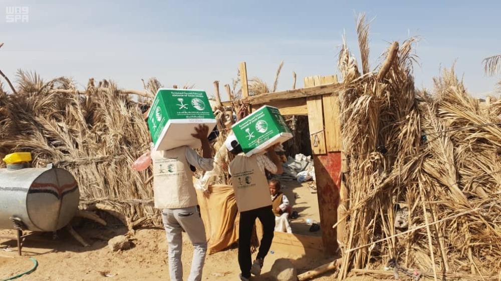 أثناء توزيع المساعدات السعودية في الجوف. (واس)