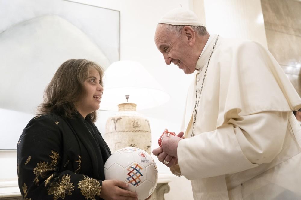 البابا فرنسيس أثناء التوقيع على «كرة الأولمبياد الخاص التذكارية».