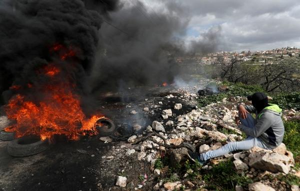 متظاهر فلسطيني خلال اشتباكات مع قوات الاحتلال بالقرب من نابلس. (رويترز)