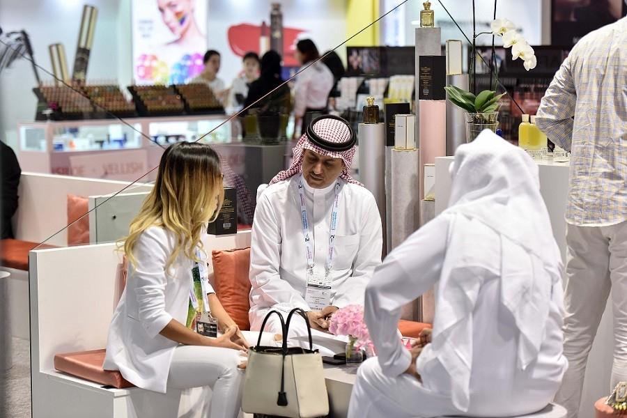 إقبال كبير من الخليجيين على مستحضرات الجمال خلال معرض بيوتي وورلد. (الرؤية)