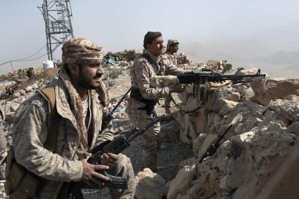 عناصر من الجيش اليمني على خطوط المواجهة في نهم شرقي صنعاء. (نيويورك تايمز)