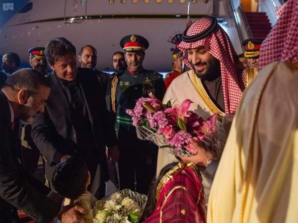 محمد بن سلمان لدى وصوله اسلام آباد وفي استقباله عمران خان.(واس)