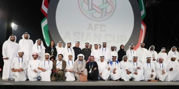 نهيان بن زايد أثناء تكريم المتطوعين في كأس آسيا. (الرؤية)