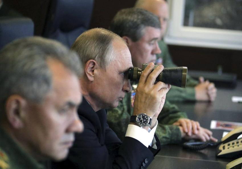 صورة بثتها «رويترز» لفلاديمير بوتين وهو يتابع مناورة عسكرية للجيش الروسي.