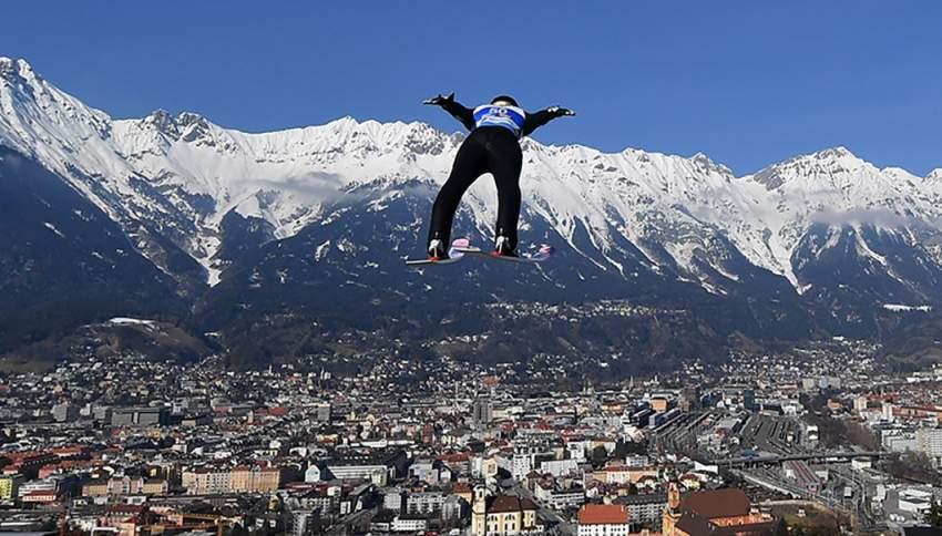 مشارك في بطولة العالم للتزلج يطير في السماء ـ النمسا