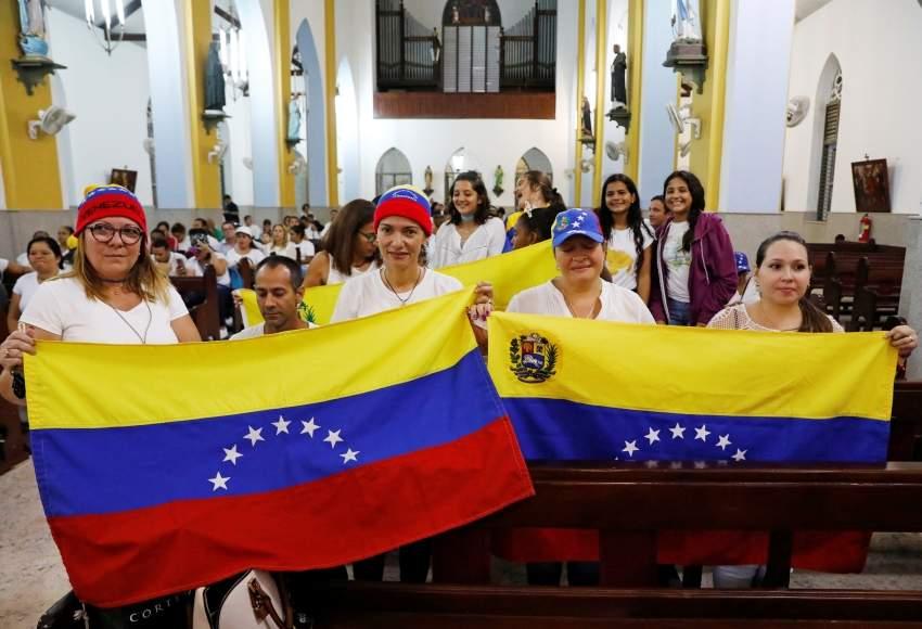 انصار غوايدو يرفعون العلم الفينزويلي امس رويترز