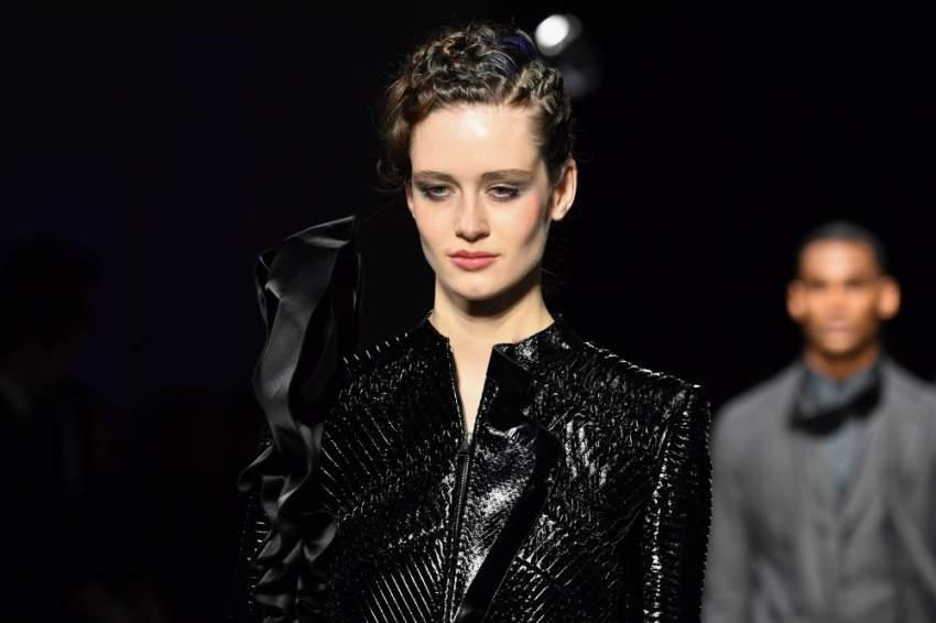 الخصل الملفوفة من أبرز صيحات الشعر في عرض جورجيو أرماني