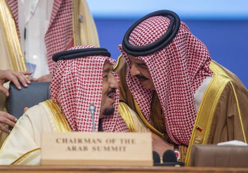 الملك سلمان والعاهل البحريني خلال القمة.