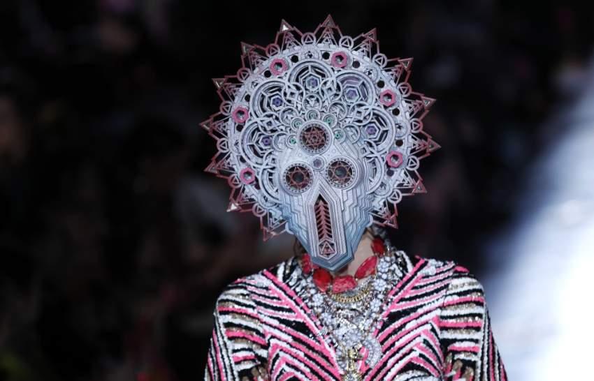 مجموعة غريبة للمصمم الهندي مانيش أرورا خلال أسبوع خريف وشتاء 2019 في باريس