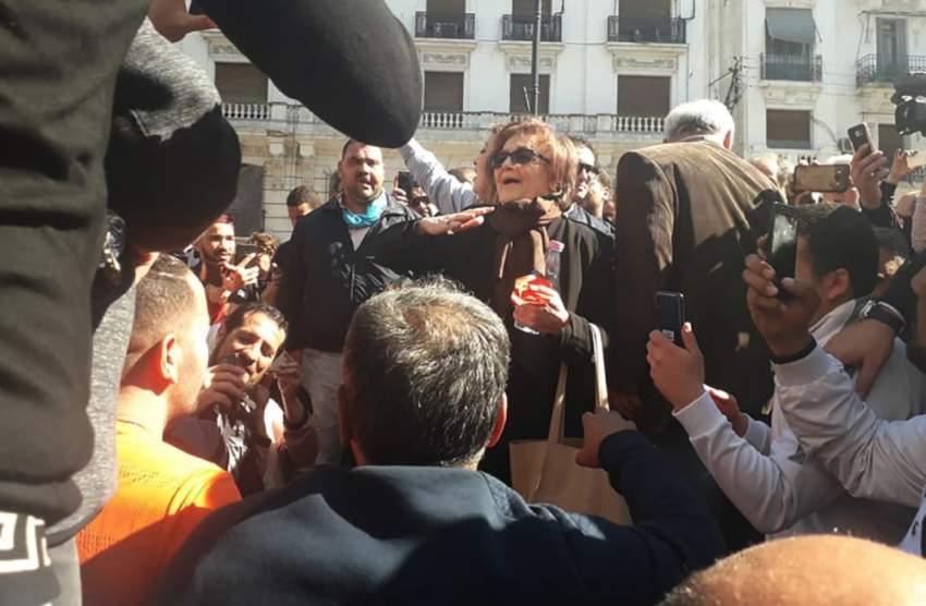 جميلة بوحيرد خلال مشاركتها في المظاهرات. (الرؤية)