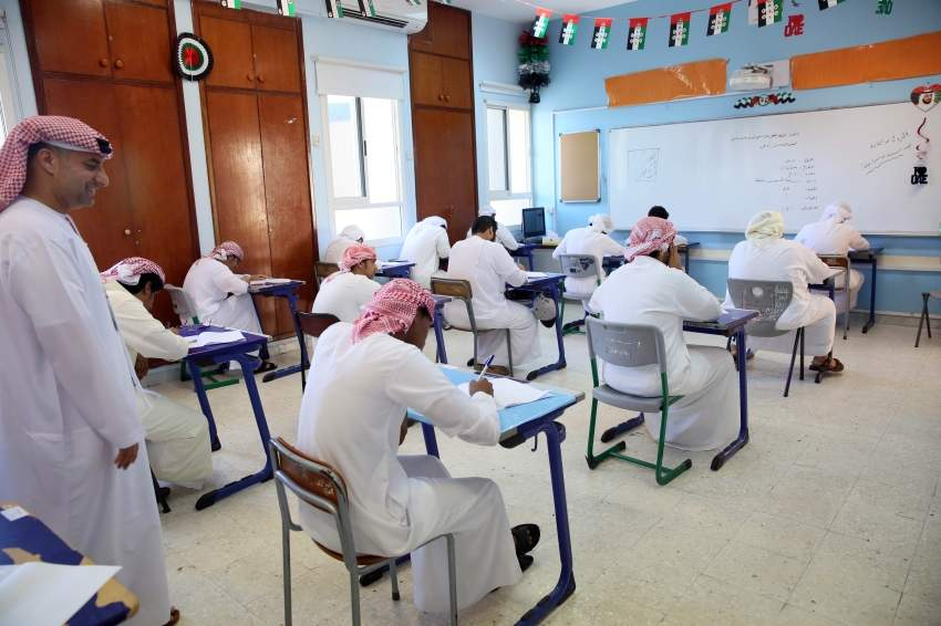 امتحانات القسم الادبي في مدرسة ابوظبي للتعليم الثانوي  شارع الكرامة ابوظبي 07 12 2014
