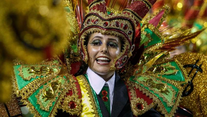 زي ملفت للنظر في مهرجان سامبا دروم في ساو باولو