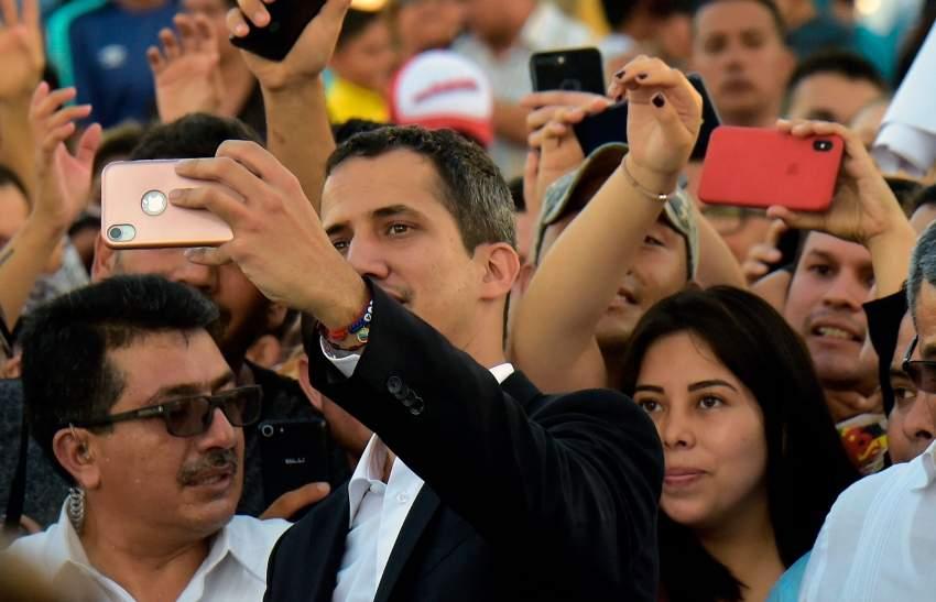 غوايدو يلتقط «سيلفي» مع أنصاره في الإكوادور. (أ ف ب)