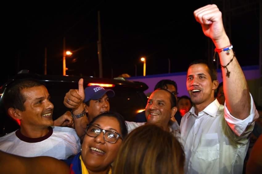غوايدو مع انصاره في مدينة ساليناس بالاكوادور أ ف ب
