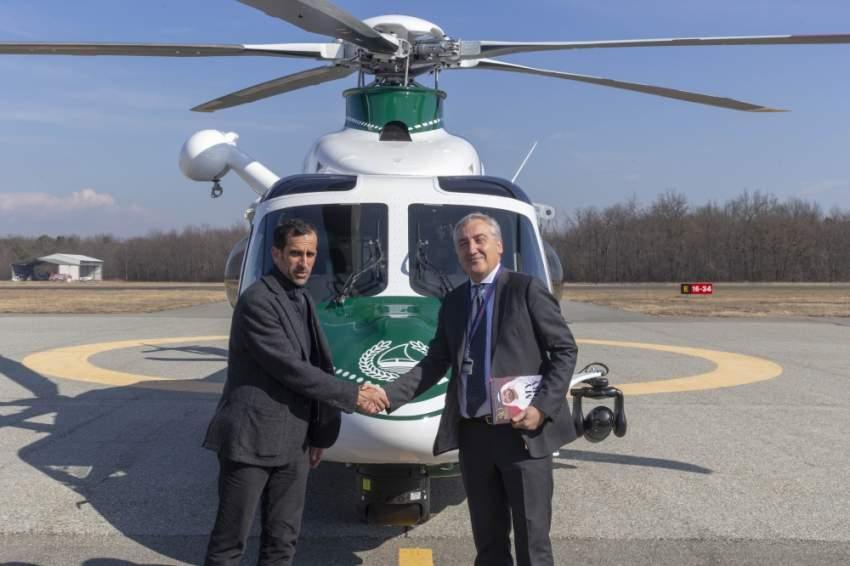 قائد عام شرطة دبي أثناء زيارة مصنع الطائرات العمودية في إيطاليا.(الرؤية)