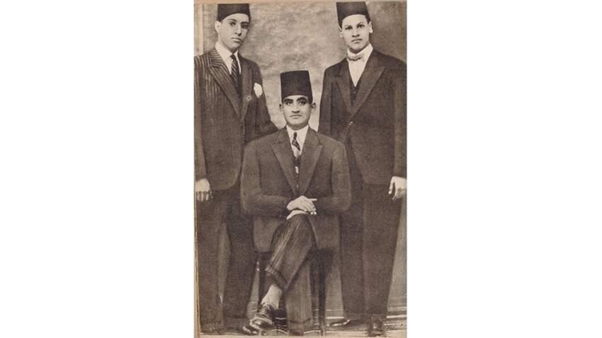 الطالب نجيب محفوظ (يميناً) في صورة تذكارية مع أستاذه بالمدرسة الابتدائية وأحد الزملاء.