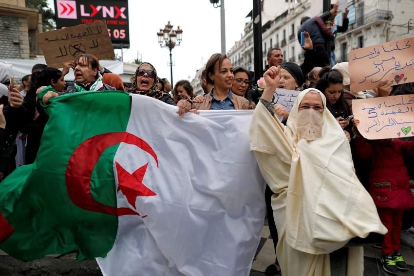 متظاهرون ضد ترشح بوتفليقة في الجزائر العاصمة. (رويترز)