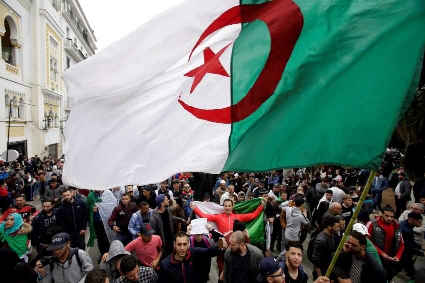 متظاهرون جزائريون ضد ترشيح بوتفليقة في العاصمة امس الاول رويترز