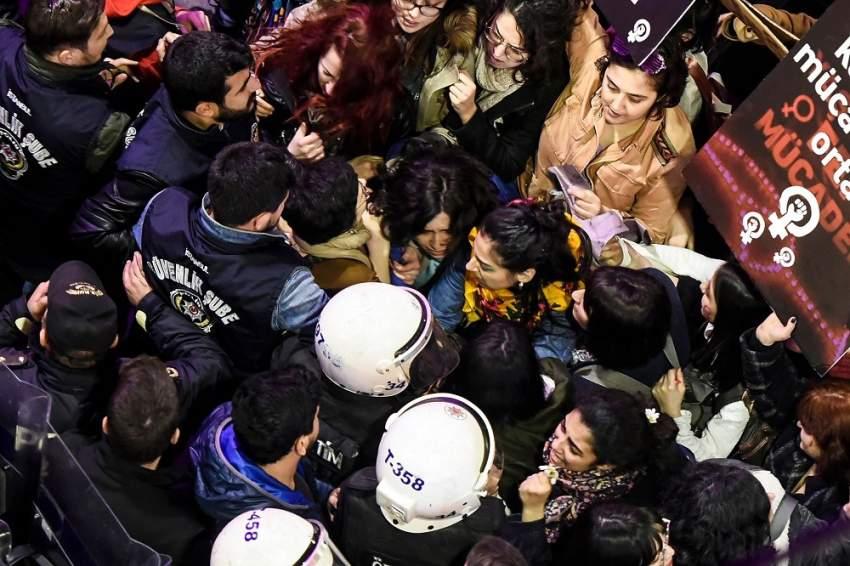 خلال تفريق مظاهرة نسائية في إسطنبول. (أ ف ب)
