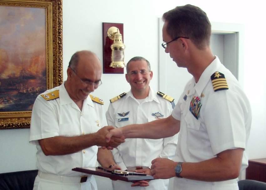 جون مور من البحرية الأمريكية أميرال المؤخرة التركي إسماعيل طايلان وأميرال المؤخرة الإسرائيلي روم روتبرگ. عام 2009