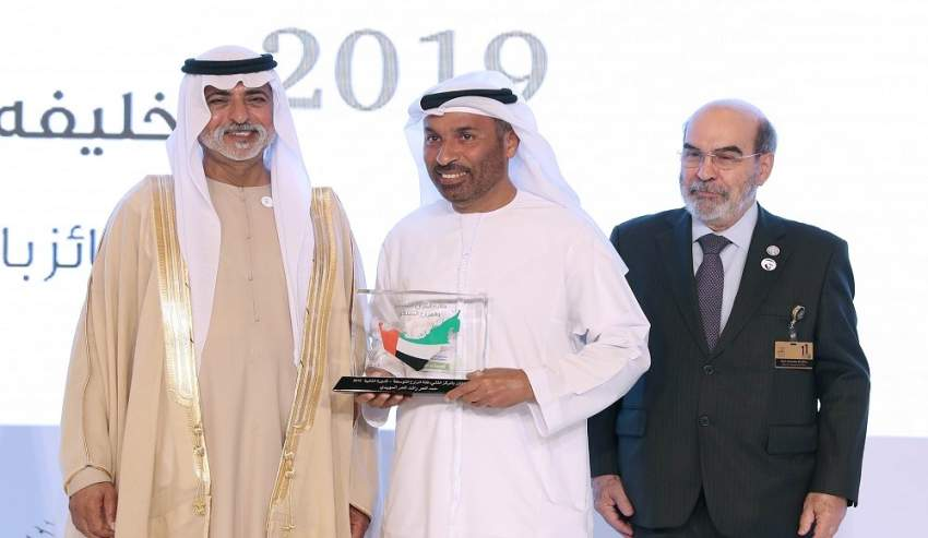 نهيان بن مبارك مكرماً الفائزين بجائزة خليفة الدولية لنخيل التمر والابتكار الزراعي.