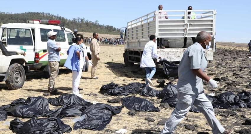 عمال إنقاذ بين جثث الركاب