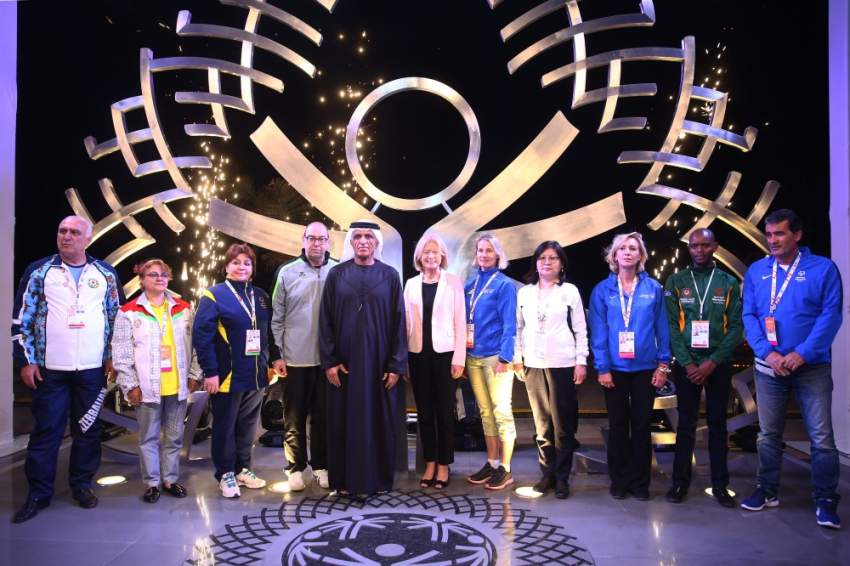 سعود بن صقر القاسمي يدشن النصب التذكاري للأولمبياد الخاص الألعاب العالمية أبوظبي 2019، في جزيرة المرجان أمس. (الرؤية)