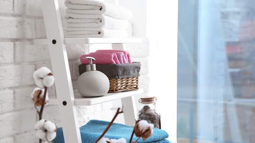 الرفوف ضرورية في الحمامات ذات المساحة الصغيرة