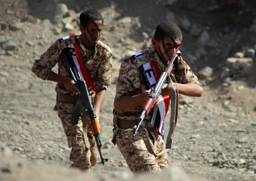 مقاتلان من قوات الشرعية اليمنية خلال عرض عسكري في تعز. (أ ف ب)