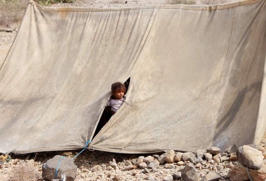 طفلة نازحة من جحيم الحوثي في حجور قرب محافظة حجة. (رويترز)