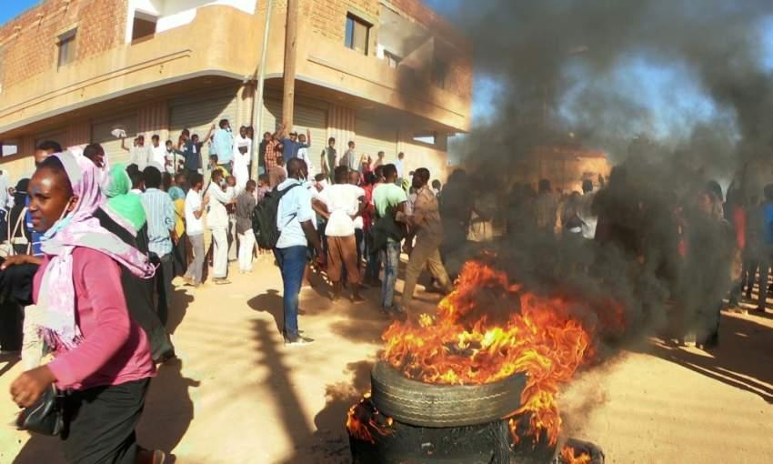 متظاهرون سودانيون خلال احتجاجات مناهضة للحكومة في أم درمان. (رويترز)