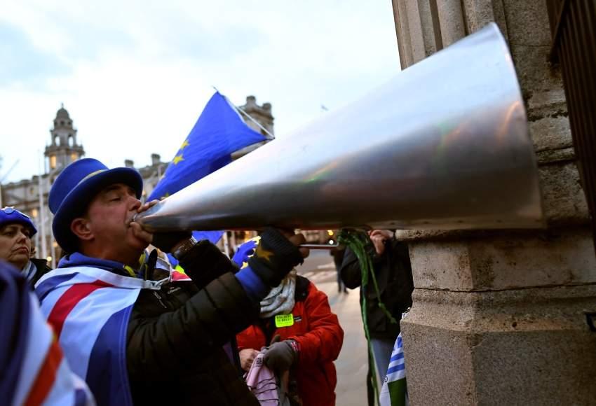 معارضون لخروج بريطانيا من الاتحاد الاوروبي أمام البرلمان في لندن. (رويترز)