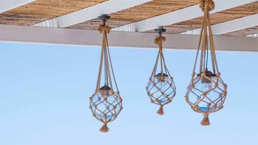 اختيار شكل الإضاءة مهم لديكور شرفتك الخارجية