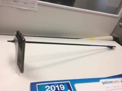 صورة تظهر سهما اخترق هاتفاً محمولاً في حادث في بلدة نيمبن في استراليا يوم الأربعاء. (رويترز من وسائل التواصل الاجتماعي)