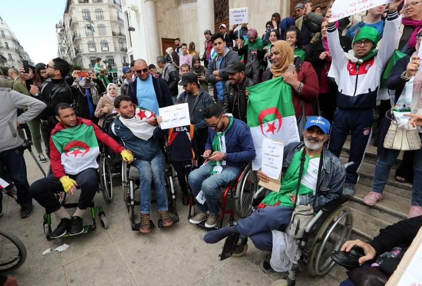 متظاهرون ضد تمديد ولاية بوتفليقة. (إي بي إيه)