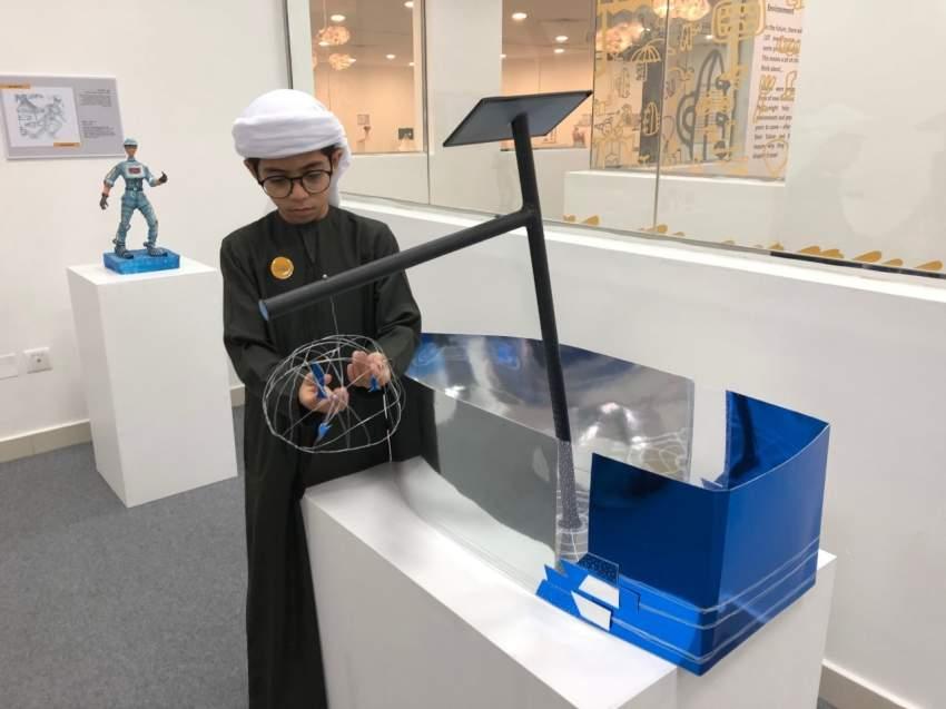 محمد الطنيجي مستعرضاً ابتكاره مركب صيد ذكياً في الشارقة. (الرؤية)