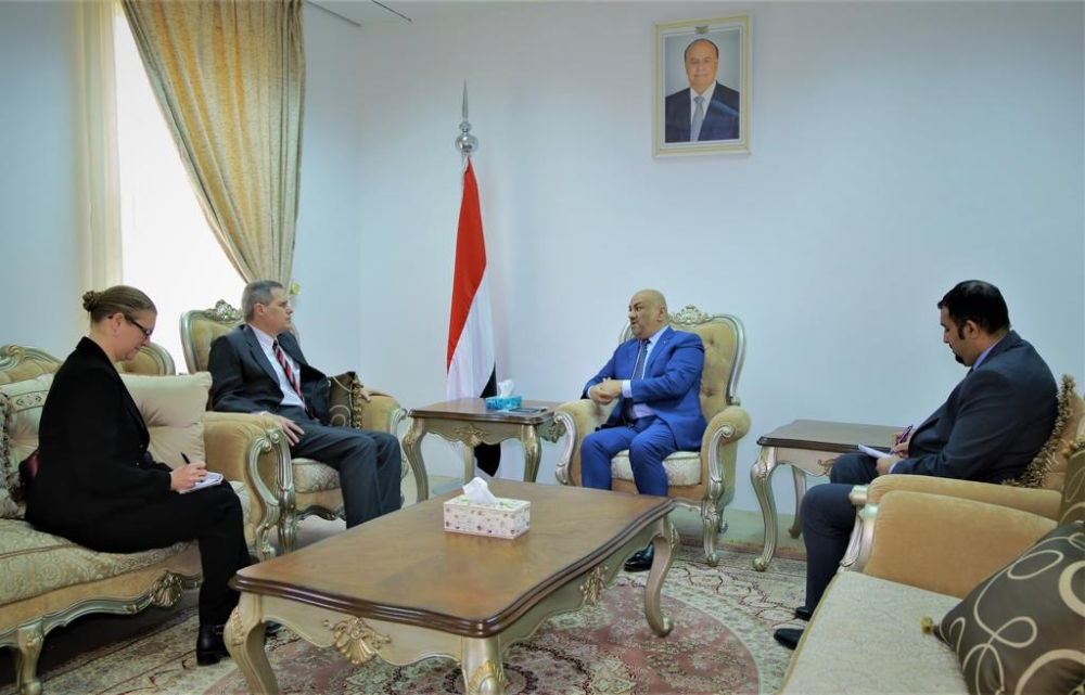 وزير الخارجية اليمني ملتقياً السفير الأمريكي. (الرؤية)