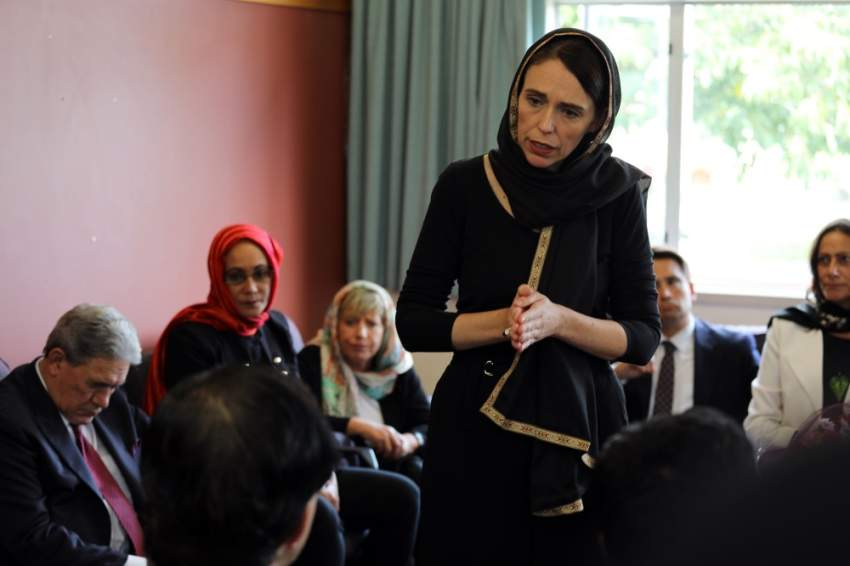 رئيسة الوزارء النيوزيلندية أثناء لقائها بممثلي مركز اللاجئين