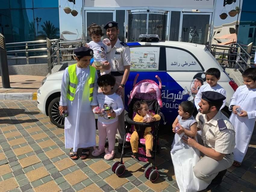 جانب من زيارة مديرية المرور في أبوظبي للأطفال المرضى. (الرؤية)