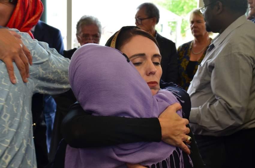 رئيسة الوزراء النيوزيلندية تقدم العزاء والمواساة لأفراد من الجالية المسلمة. (إي بي إيه)