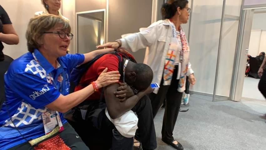 زملاء لاعب كرة القدم السنغالي مامي يجهشون بالبكاء لدى علمهم بخبر عودة السمع لزميلهم. (الرؤية)
