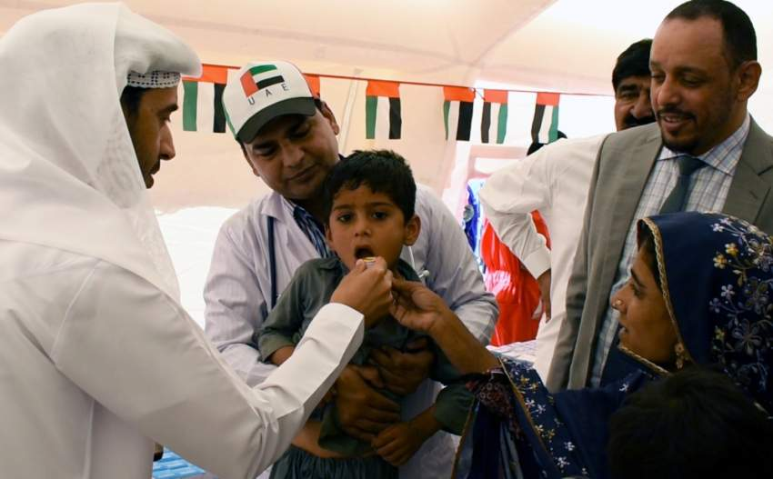 فحص طبي لطفل مريض في «مخيم زايد الخير» بباكستان. (وام)
