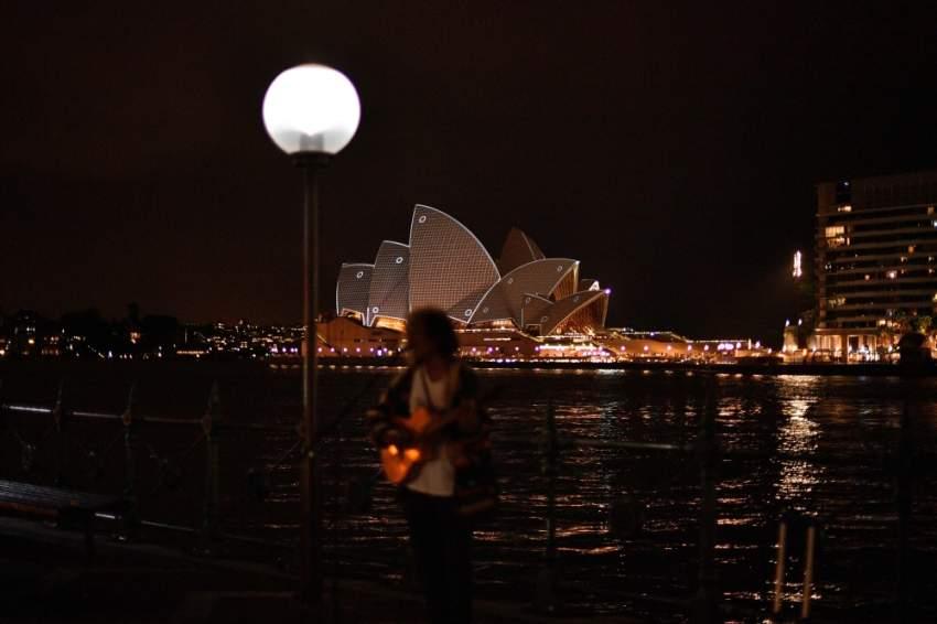 دار أوبرا سيدني الأسترالية متّشحة باللون الفضي في لفتة تضامن مع ضحايا الهجوم الإرهابي في نيوزيلندا الذي نفذه إرهابي يحمل الجنسية الأسترالية. (أ ف ب)