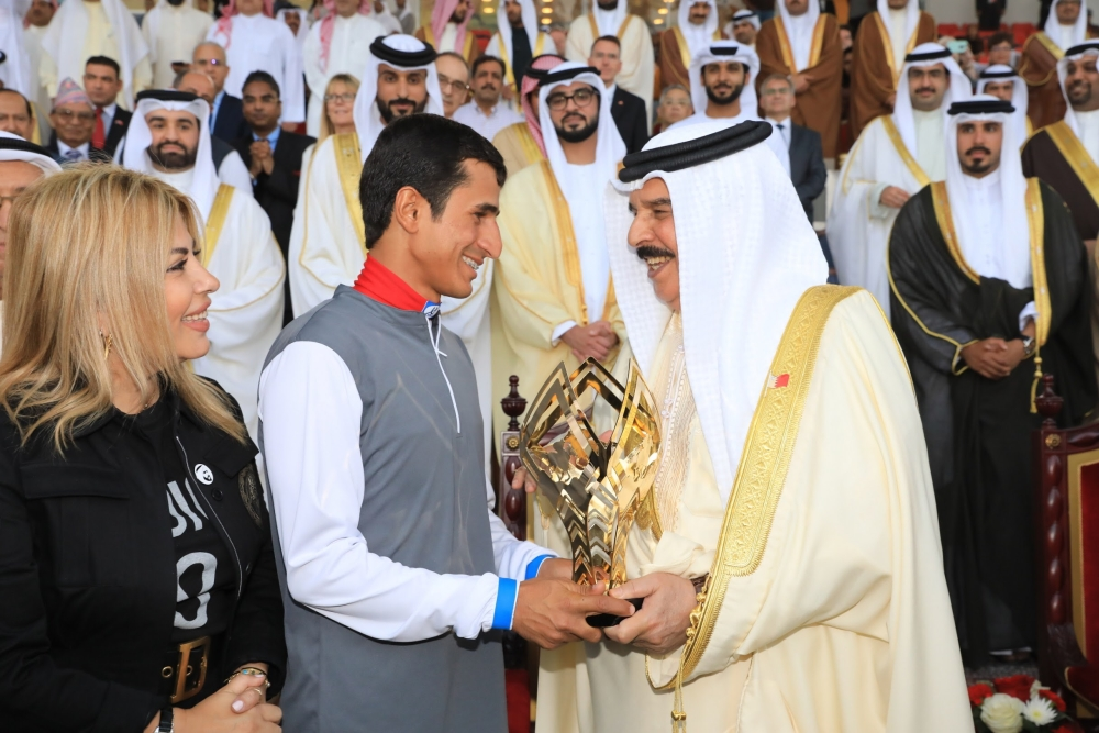 ملك البحرين خلال تتويج الفائزين في منافسات مونديال أم الإمارات للفرسان المتدربين بالمنامة. (الرؤية)