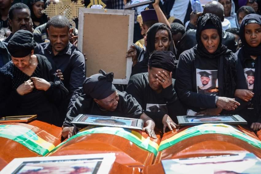 أقارب ضحايا الطائرة الإثيوبية المنكوبة أثناء مراسم تشييع الجثامين في أديس أبابا. (أ ف ب)