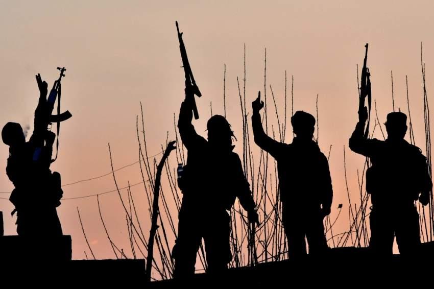 مقاتلون سوريون يحتفلون بالنصر على داعش في دير الزور. (أ ف ب)
