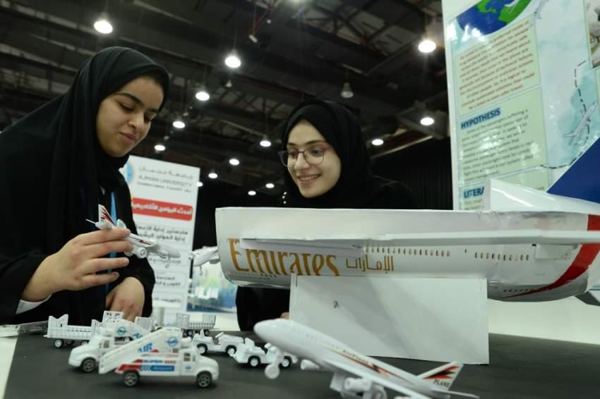 جانب من المشاريع الطلابية الابتكارية في «بالعلوم نفكر». (الرؤية)