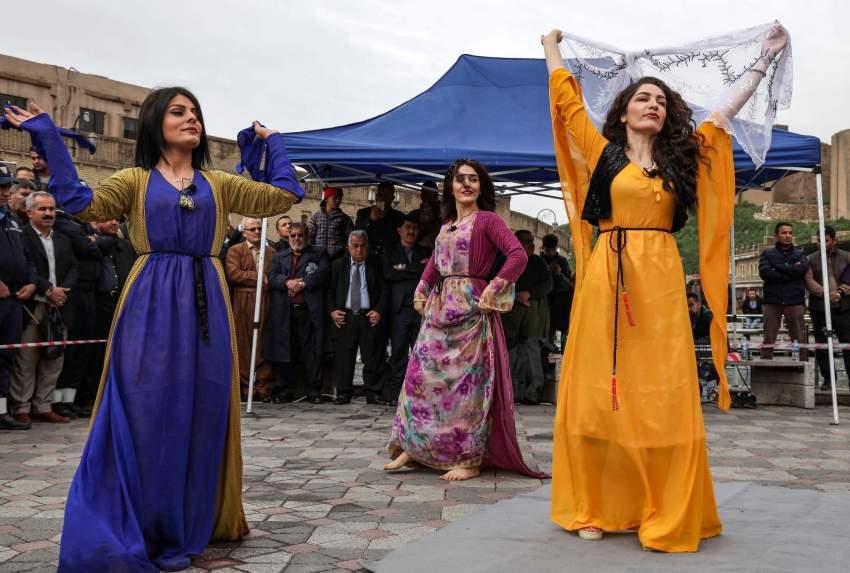 ممثلات كرديات يقدمن عرضا في اربيل في ذكرى قصف حلبجة بالاسلحة الكيمياوية (أ ف ب)