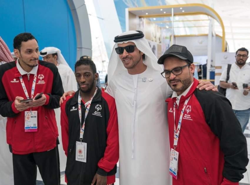 هزاع بن زايد أثناء تفقده فعاليات الأولمبياد الخاص. (وام)